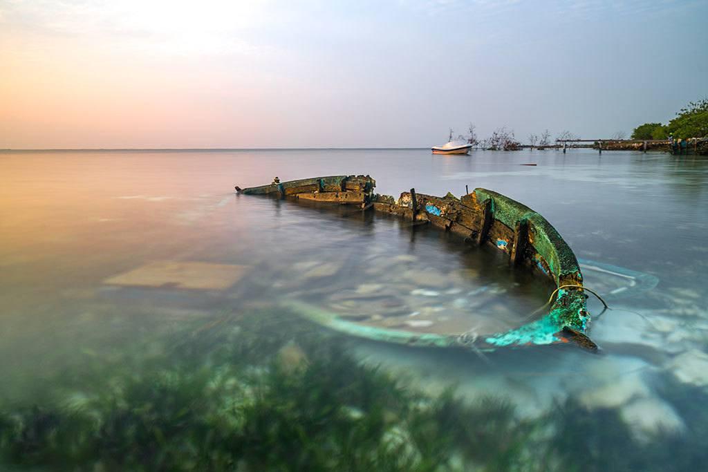 Barca scufundata si abandonata