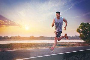 Barbat alergand in sprint