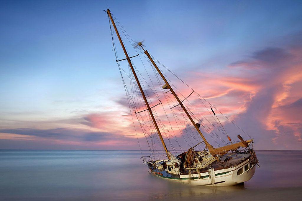 Barca scufundata partial