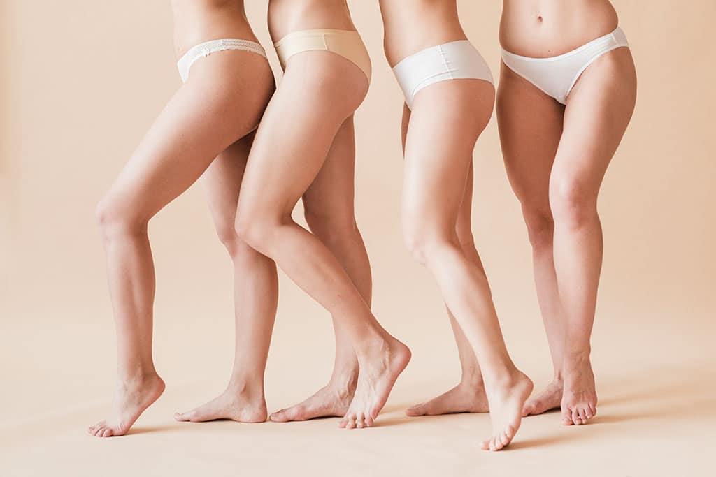 grup femei in bikini pozand din lateral