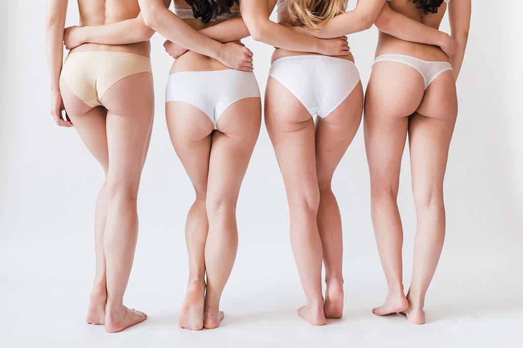 grup femei in bikini pozand cu spatele