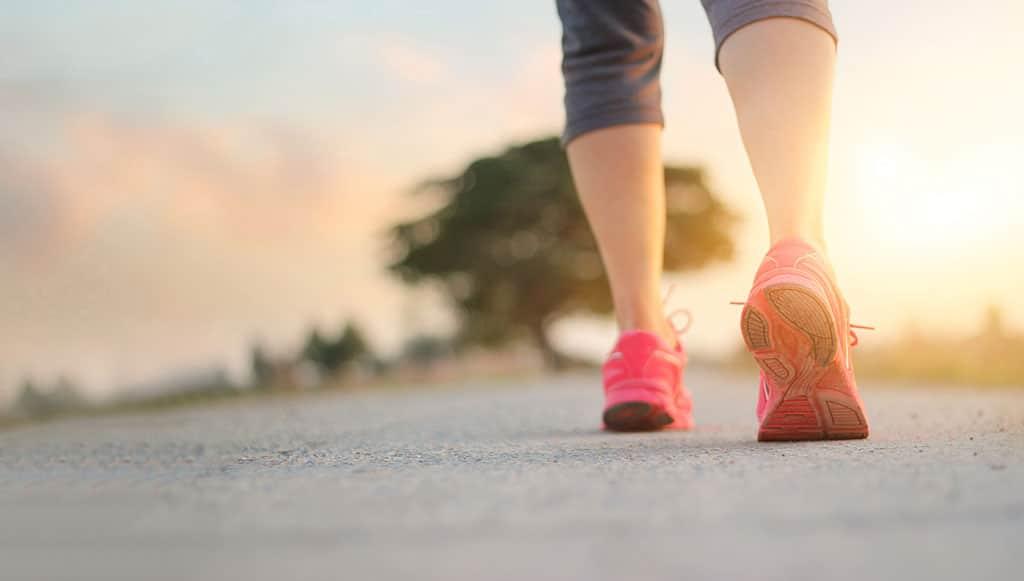 sportiva mergand pe un drum