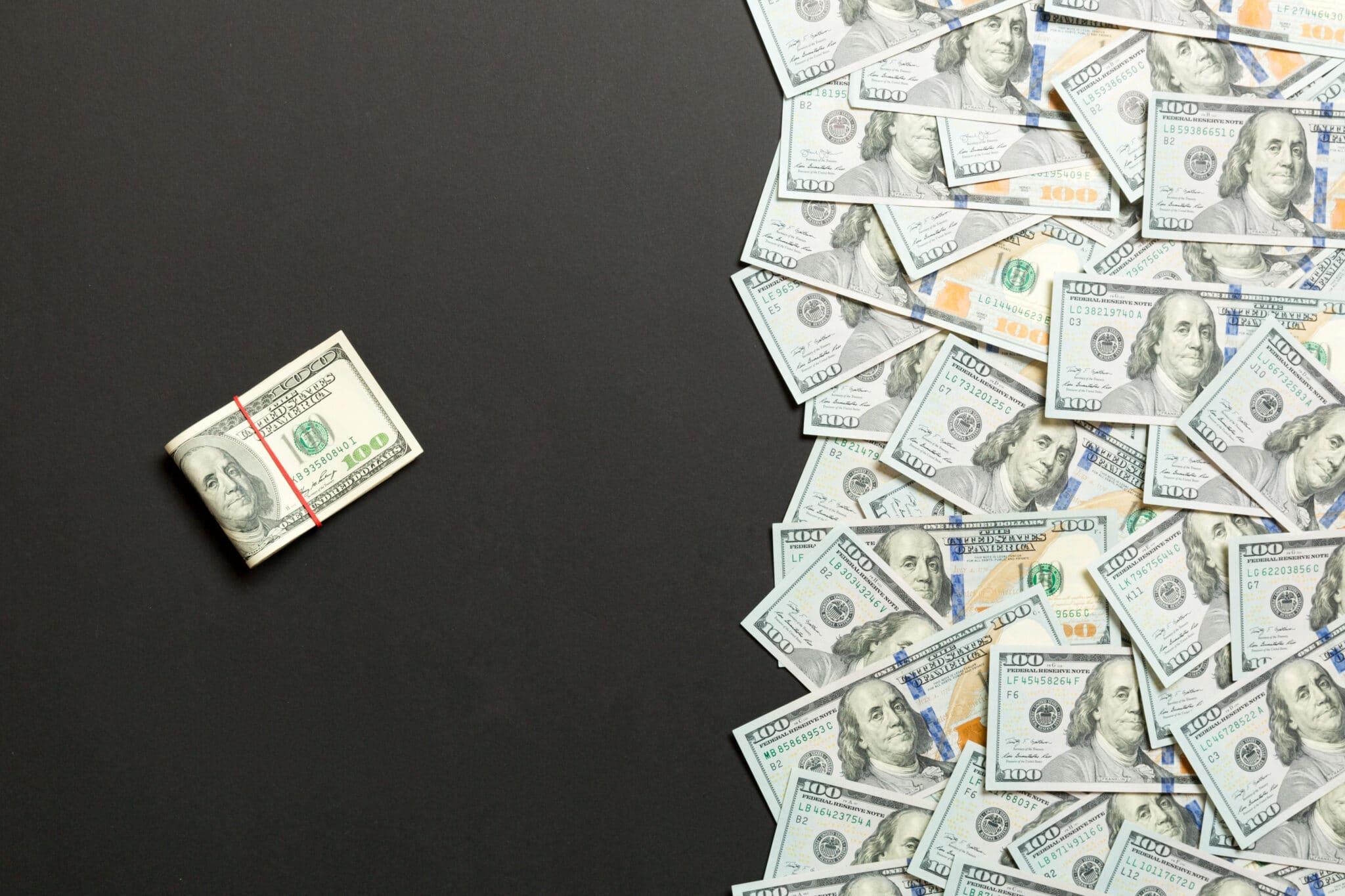 Femeie arata bani simpli