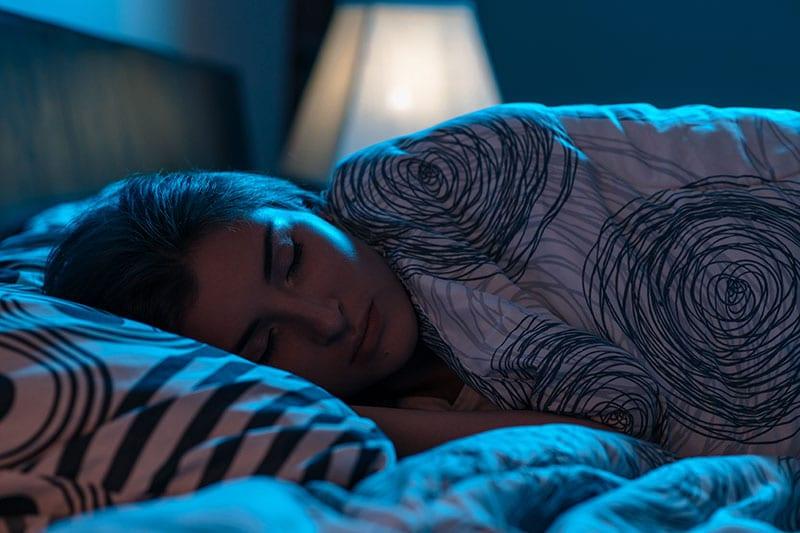 Femeie odihnindu-se pentru recuperare dupa antrenament